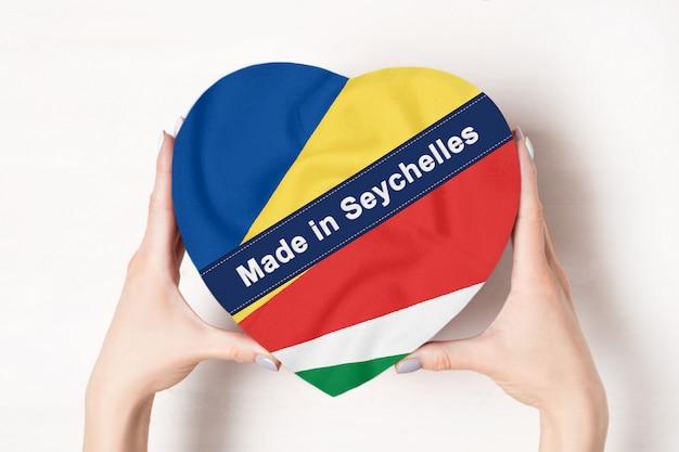 Inscription Faite Dans Le Drapeau Des Seychelles Avec Boîte En Forme De Coeur Photo Premium
