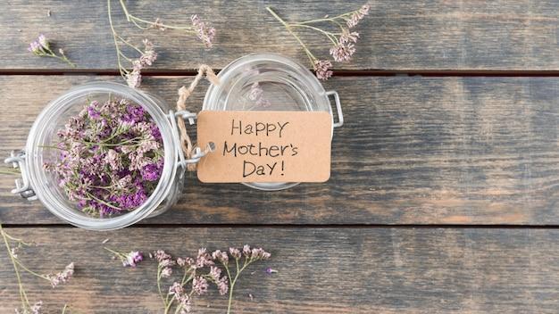 Inscription Heureuse Fête Des Mères Avec Des Fleurs En Canette Photo gratuit