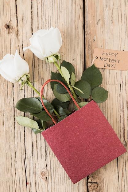 Inscription Heureuse Fête Des Mères Avec Des Roses Dans Un Sac En Papier Photo gratuit