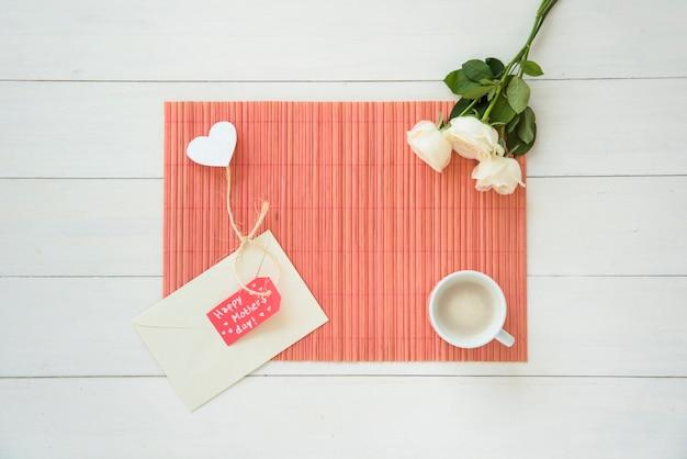 Inscription heureuse fête des mères avec des roses et du café Photo gratuit