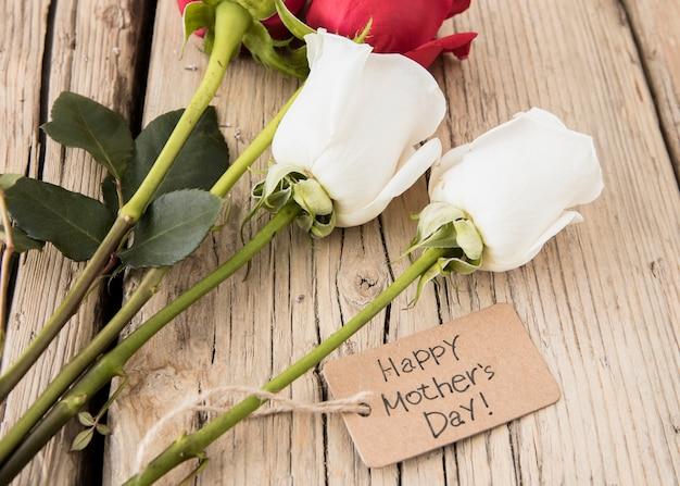 Inscription Heureuse Fête Des Mères Avec Des Roses Sur La Table Photo gratuit