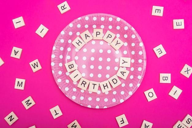 Inscription joyeux anniversaire sur plaque Photo gratuit