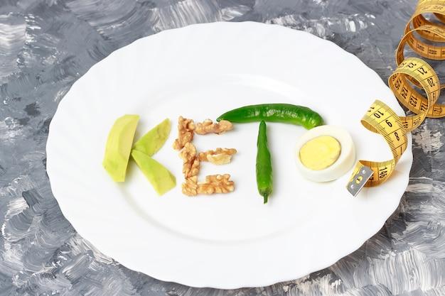 Inscription keto faite de noix, oeufs et avocat. concept de régime cétogène Photo Premium