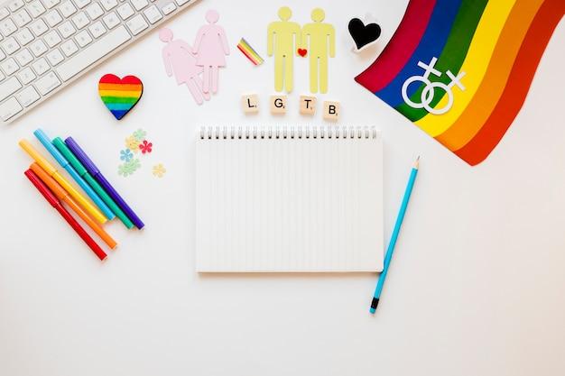 Inscription lgtb avec icônes et bloc-notes pour couples homosexuels Photo gratuit