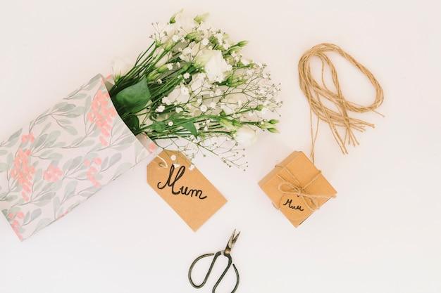 Inscription maman avec bouquet de roses Photo gratuit