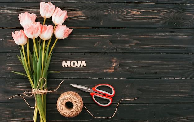 Inscription de maman avec bouquet de tulipes sur tableau noir Photo gratuit