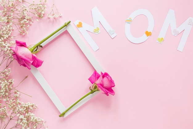 Inscription De Maman Avec Cadre Et Roses Sur La Table Photo gratuit