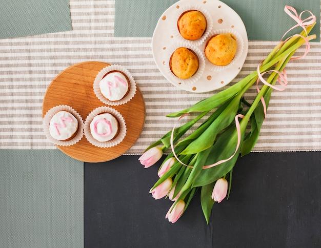 Inscription De Maman Sur Les Gâteaux Aux Fleurs De Tulipe Photo gratuit