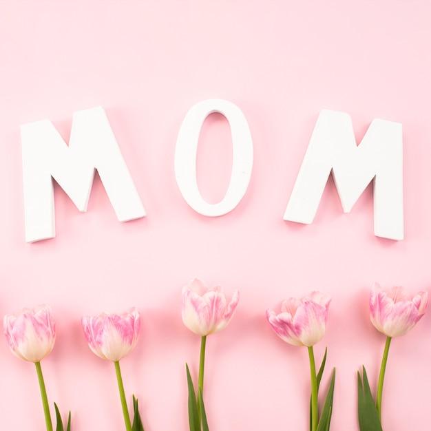 Inscription de maman avec des tulipes sur la table Photo gratuit