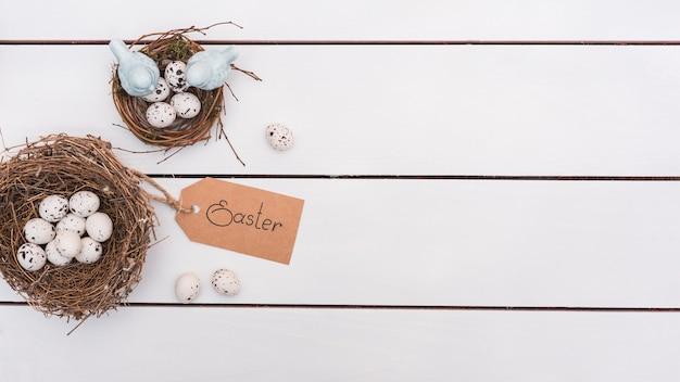 Inscription de pâques avec des oeufs de caille dans des nids Photo gratuit