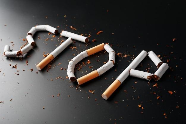 L'inscription stop de cigarettes. arrêter de fumer. le concept de fumer tue. inscription de motivation pour arrêter de fumer, habitude malsaine. Photo Premium