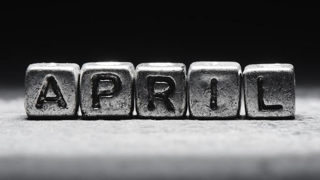 Inscription Volumétrique De Cubes En Métal Argenté D'avril Sur Fond Noir Foncé. Calendrier Des Délais, Planification Personnelle Et Gestion Du Temps Photo Premium