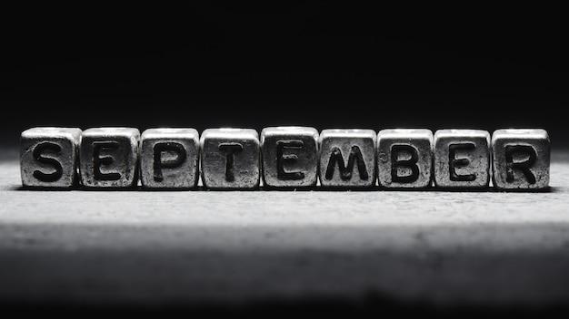 Inscription Volumétrique De Cubes En Métal Argenté De Septembre Sur Fond Noir Foncé. Calendrier Des Délais, Planification Personnelle Et Gestion Du Temps Photo Premium