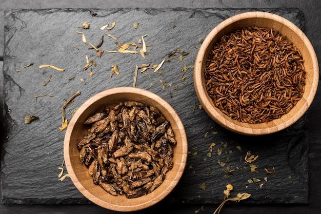 Insectes frits en vue de dessus de bol en bois Photo gratuit