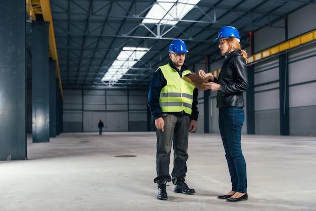 Inspecteur de chantier sur le chantier Photo Premium