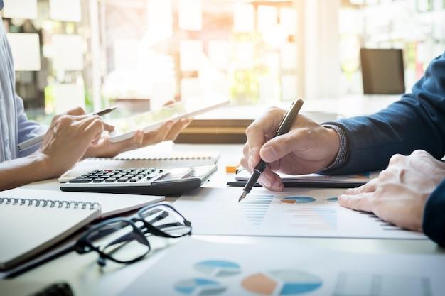 L'inspecteur financier et le secrétaire d'entreprise font rapport, calculent ou vérifient l'équilibre. document de vérification de l'inspecteur du service de recettes internes. concept d'audit Photo gratuit