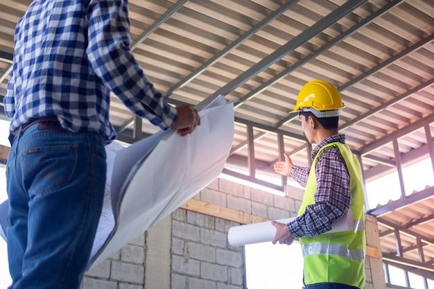 Les Inspecteurs Vérifient L'intégralité De La Construction De La Maison. Discutez Des Méthodes Et Résolvez Les Problèmes De Structure Du Bâtiment Avec Des Entrepreneurs Ou Des Ingénieurs. Photo Premium