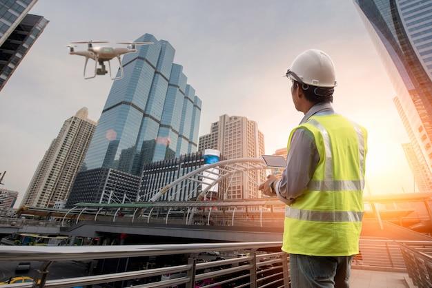 Inspection de drone. opérateur inspectant un bâtiment de construction Photo Premium