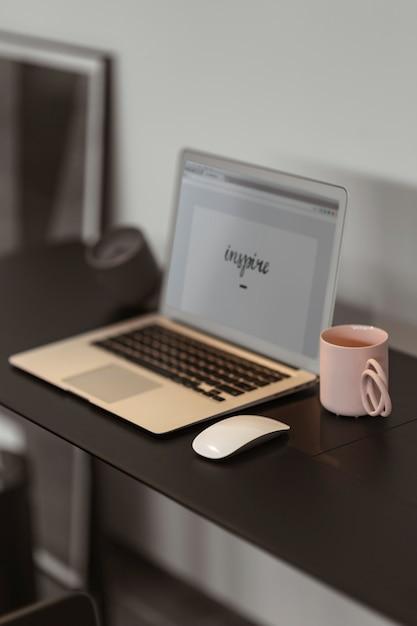 Inspire écrit sur un écran d'ordinateur portable Photo gratuit