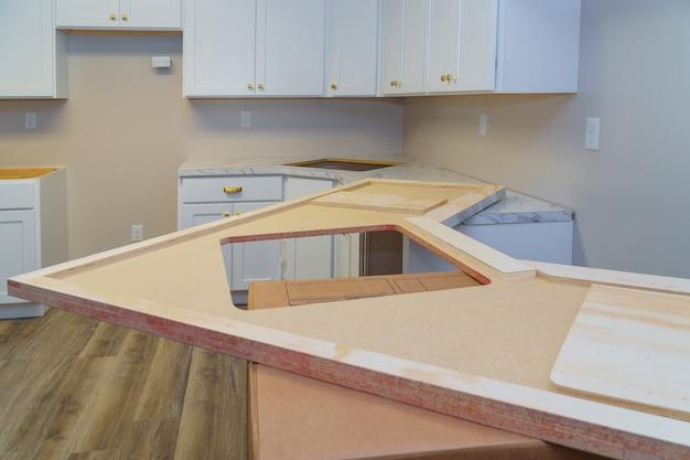 Installation d'armoires et comptoir de cuisine en stratifié Photo Premium