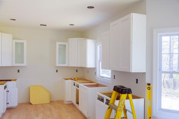 Installation de cuisine installe des armoires de cuisine. cuisine de construction de design d'intérieur Photo Premium