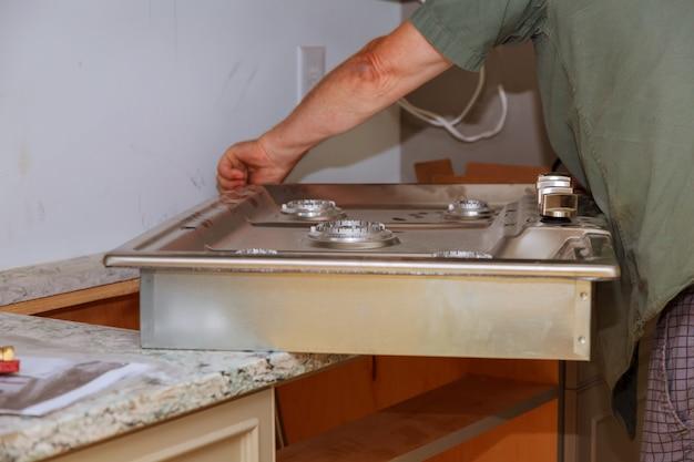Installation de la cuisinière à gaz appareil à gaz réparer la nouvelle cuisinière à gaz de la maison se bouchent Photo Premium