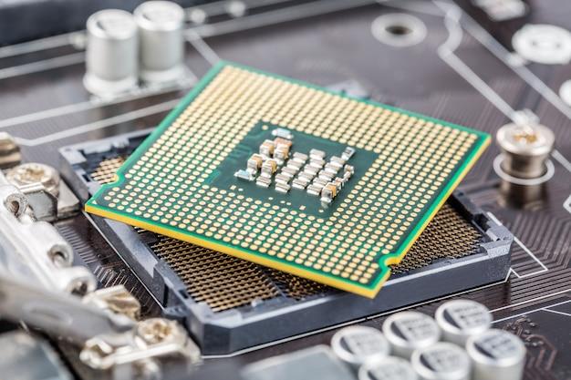 Installation du processeur dans la carte mère Photo Premium