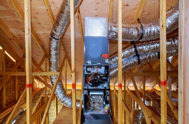 Installation du système de chauffage sur le toit du système de tuyaux de chauffage agrandi Photo Premium