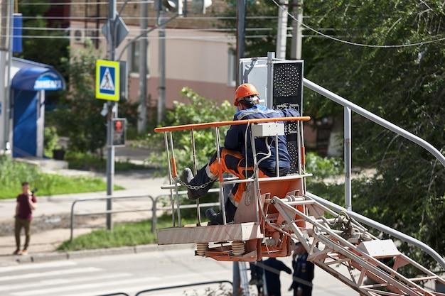 Installation d'un feu de circulation sur un ascenseur dans l'après-midi dans la ville de syzran en russie. Photo Premium
