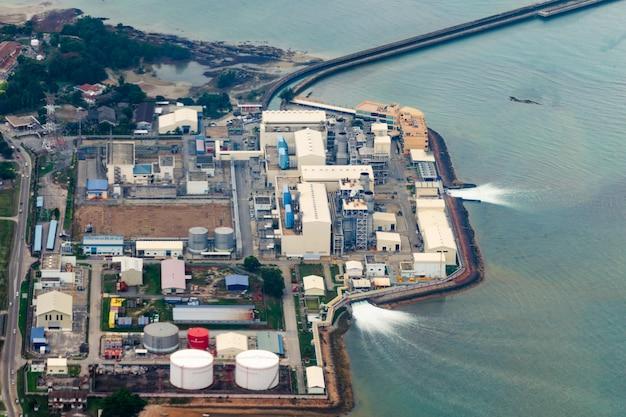 Installation Industrielle Qui Utilise L'eau De Mer Et La Restitue. Utilisation Des Ressources Naturelles, Pollution De L'eau. Photo Premium