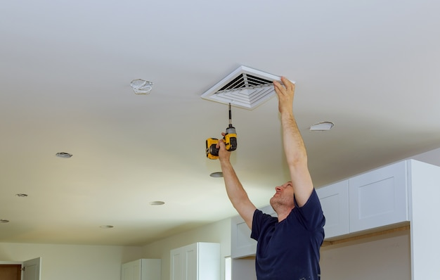 Installation intérieure d'aérateurs de climatisation centrale sur le mur Photo Premium