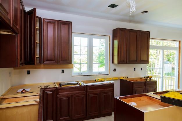 Installation d'une nouvelle plaque à induction dans une cuisine moderne Photo Premium