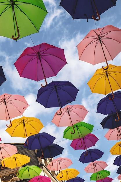 Installation de parapluies dans le centre-ville de luxembourg Photo Premium
