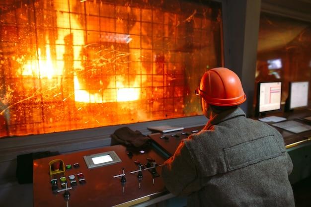Installation pour la production d'acier avec tableau de commande Photo Premium