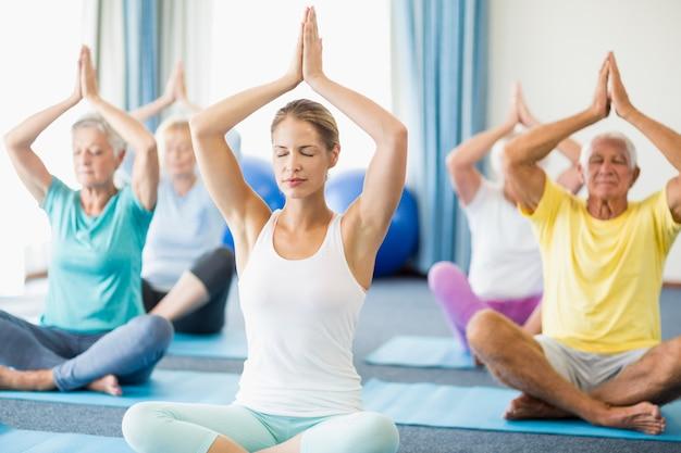 Instructeur Effectuant Du Yoga Avec Des Personnes âgées Photo Premium