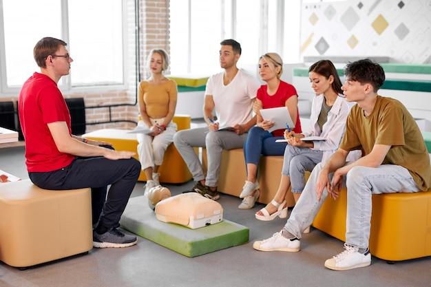 Un Instructeur Masculin Confiant Montre Et Parle De La Première Rcr D'urgence Photo Premium