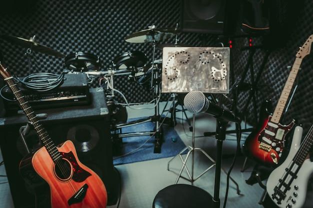 Instrument de musique rock / groupe musical à la maison enregistrement audio / enregistrement studio. Photo Premium