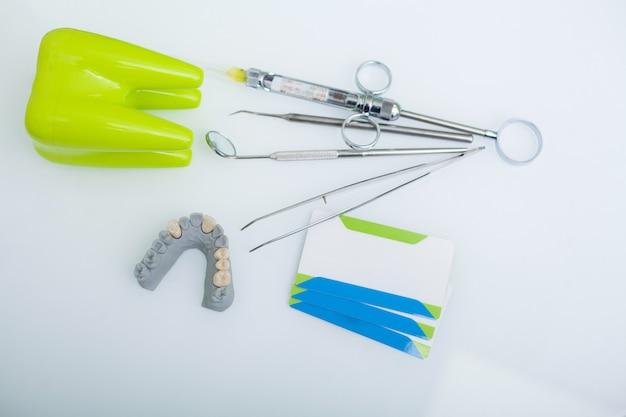 Instruments Dentaires Médicaux Et Cartes De Visite Photo Premium