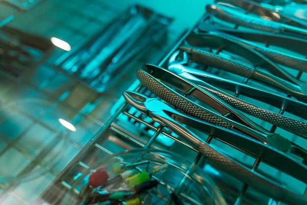 Instruments dentaires pour la désinfection. le concept de traitement approprié. Photo Premium