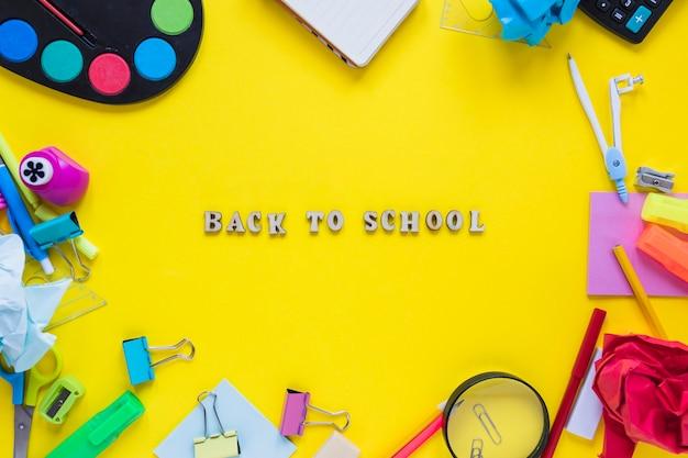 Instruments d'écriture mis en cercle avec des mots de retour à l'école Photo gratuit