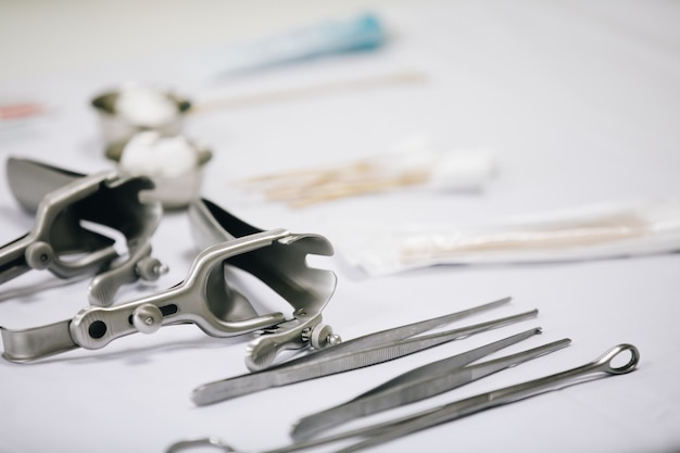 Instruments médicaux placés sur la table. Photo Premium