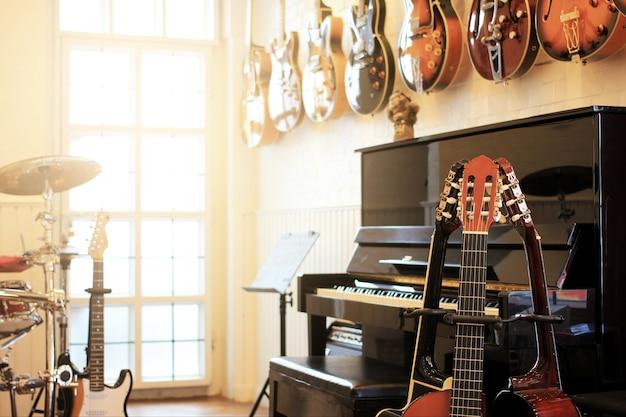 Instruments de musique. guitares électriques, piano, batterie Photo Premium