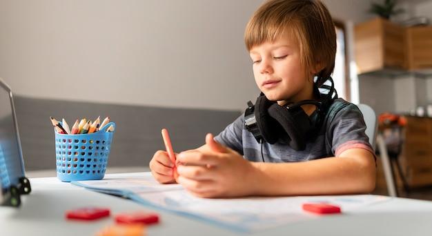 Interactions Scolaires En Ligne Enfant à La Maison Photo gratuit