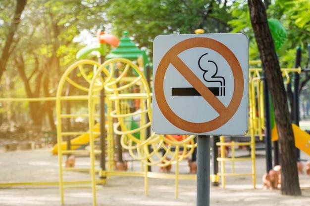 Interdiction de fumer en métal dans le parc. Photo Premium