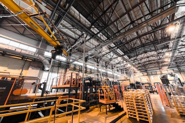 Intérieur D'atelier D'usine Et Machines Sur La Production De Verre Photo Premium
