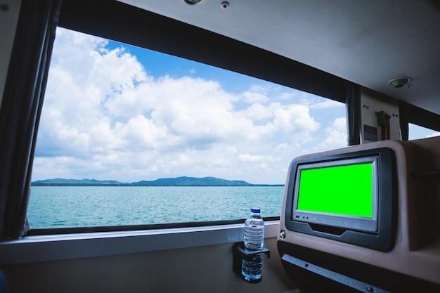 Intérieur de l'autobus équipé d'un siège arrière à écran acl vierge pour les loisirs avec une bouteille Photo Premium