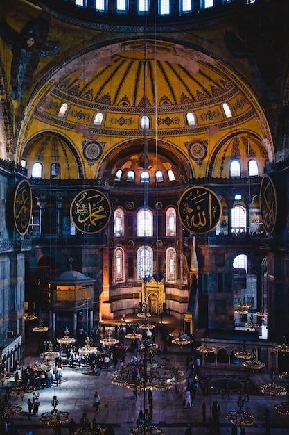 Intérieur De La Basilique Historique Sainte-sophie, Mosquée Du Culte Musulman Le Plus Visité Photo Premium
