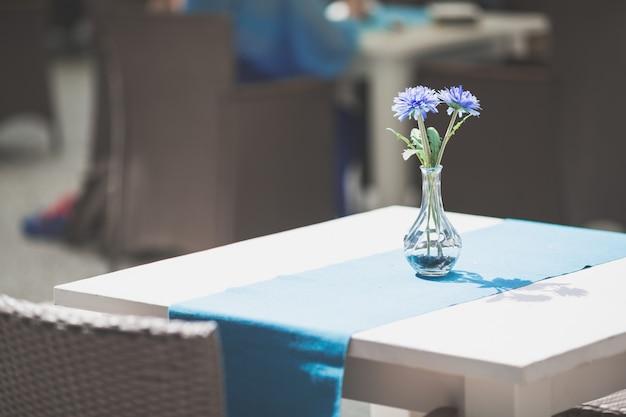 Intérieur de café ou restaurant ou salle à manger avec des fleurs bleues Photo Premium