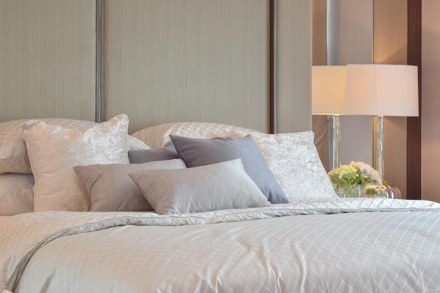 Intérieur de chambre classique avec oreillers et lampe de lecture sur la table de chevet Photo Premium
