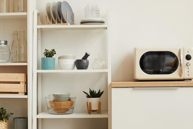 Intérieur De Cuisine Blanc Avec Un Design Minimal Et Des étagères Ouvertes En Bois Photo Premium